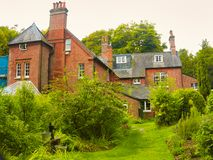 Hus och trädgård royaltyfria bilder