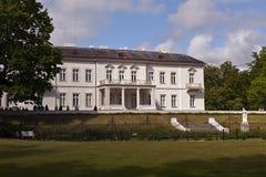 Hus och trädgårdar i Palanga, Litauen Arkivfoton