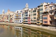 Hus ovanför floden, Girona Arkivfoto