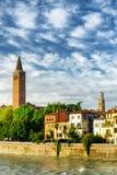 Hus på Adige strand och klockatorn av kyrkan, Verona Arkivfoto