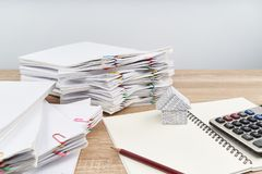Hus på anteckningsboken med vitt bakgrund för räknemaskin och kopieringsutrymme Royaltyfri Fotografi