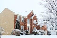 Hus på att snöa Fotografering för Bildbyråer