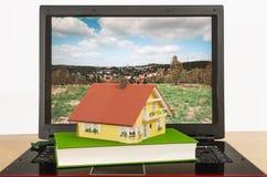 Hus på bärbar dator Arkivbild