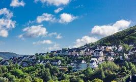 Hus på backen i den Cochem Tyskland Arkivfoton