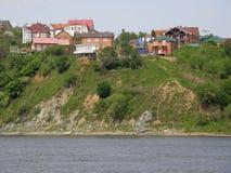 Hus på banken av Amuret River khabarovsk Far East Royaltyfri Fotografi