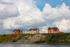 Hus på bankerna av floden Fotografering för Bildbyråer