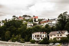 Hus på de gröna kullarna av Sochi i regnet Fotografering för Bildbyråer
