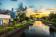 Hus på de Venedig strandkanalerna i Kalifornien Fotografering för Bildbyråer