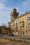 Hus på den Chapaev gatan, Magnitogorsk stad, Ryssland royaltyfria bilder