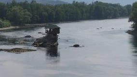 Hus på den Drina floden Royaltyfri Foto