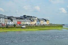 Hus på den Galway hamnen Arkivbild