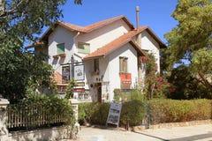 Hus på den huvudsakliga gatan i Zichron Yaakov, Israel arkivfoton