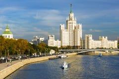 Hus på den Kotelnicheskaya invallningen i Moskva En av Stalin ` s s Arkivfoton