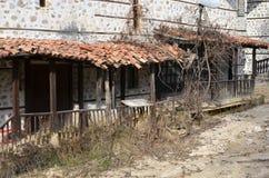 Hus på den torra floden Arkivbild