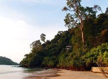 Hus på den tropiska klippan Arkivfoto