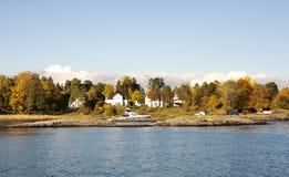 Hus på en ö Arkivfoto