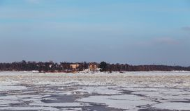 Hus på en ö på vintern arkivfoto