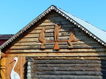 Hus på en bygata Sniden prydnad Träjournalkojor i den Urals byn Träarkitektur Ryssland royaltyfri bild
