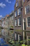 Hus på en kanal i delftfajans royaltyfri bild