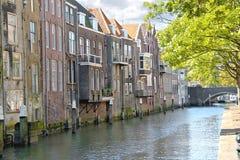 Hus på en kanal i Dordrecht, Royaltyfri Foto