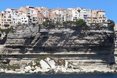 Hus på en klippaöverkant på Bonifacio på Korsika Royaltyfri Foto