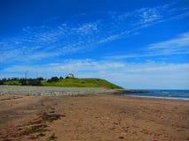 Hus på en kulle som förbiser havet Fotografering för Bildbyråer