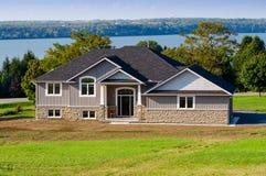 Hus på en sjö Royaltyfri Fotografi