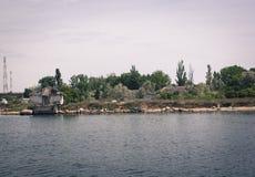 Hus på en sjö royaltyfri bild