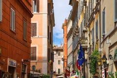 Hus på en smal gata i mitten av Rome, Italien arkivfoton