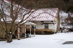 Hus på en snöig vinterdag, i en landsbygd av Carroll County, Arkivbilder