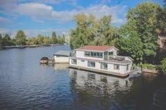 Hus på floden - Amsterdam Nederländerna Royaltyfri Fotografi