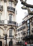 Hus på franska gator av Paris citylifebegrepp Royaltyfri Bild