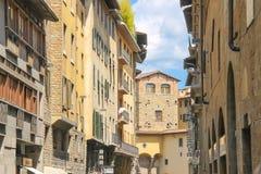 Hus på gatan av den forntida italienska staden Florence Royaltyfria Foton