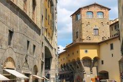 Hus på gatan av den forntida italienska staden Florence Arkivfoto