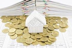 Hus på guld- mynt Arkivbilder