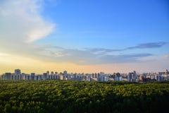 Hus på horisonten i Moskva Fotografering för Bildbyråer