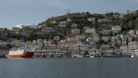 Hus på kullarna bredvid havet arkivfilmer