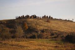 Hus på kullen i höst Arkivfoton