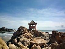 Hus på kust av havet arkivfoto