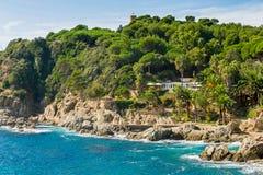 Hus på kusten av Costa Brava Royaltyfri Foto