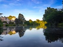 Hus på kusten av den tysta sjön Arkivbilder