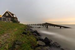 Hus på kusten av Marken Arkivbild