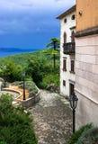 Hus på kusten i Labin i Kroatien Arkivfoton