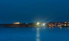 Hus på kusten under natten Arkivfoton