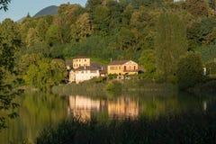 Hus på Lago di Muzzano, Schweiz arkivfoton