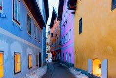 Hus på Narrow gatan i Hallstatt nära Salzburg i Österrike arkivfoto