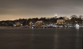 Hus på natten i udden av DjurgÃ¥rden utanför Stockholm Royaltyfri Fotografi