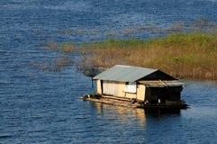 Hus på raft i laken Arkivbild