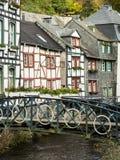 Hus på Rur-floden i Monschau, Tyskland Arkivfoto