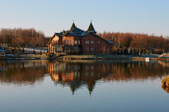 Hus på sjön Royaltyfria Bilder